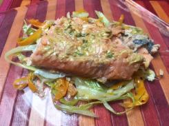 Salmone su julienne di porri e carote