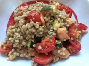 Grano con pomodorini, zucchine e gamberetti