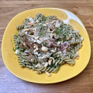Pasta con pesto di lattuga e calamari