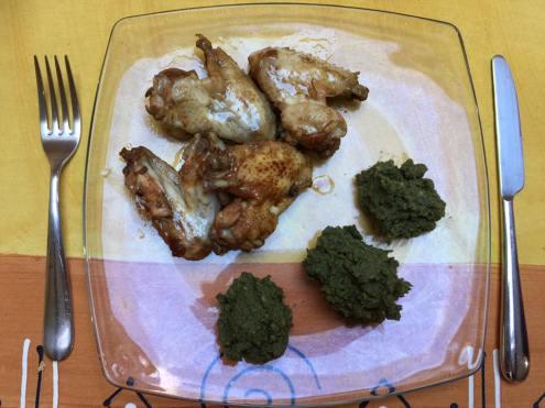 Alette di pollo con purè di patate e spinaci