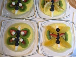 Farfalle di frutta su crema inglese