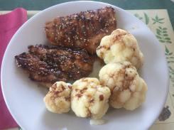 Pollo in salsa di soia con cavolfiore al vapore