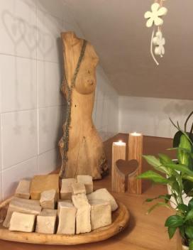 Vassoio, scultura e porta-candele realizzati in legno da Leonardo