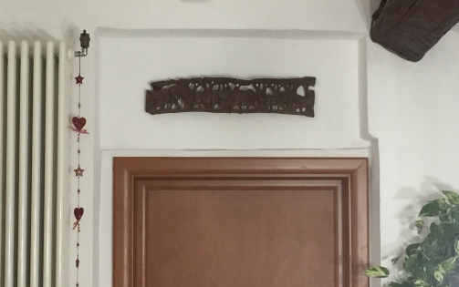 Sovrastante alla porta per la quale dalla cucina si accede al bagno, una bella scultura in legno acquistata in Sudafrica