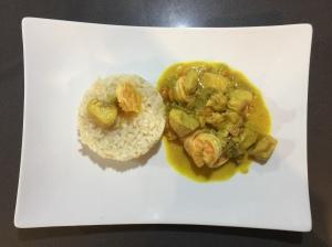 Pollo e gamberi al curry con riso