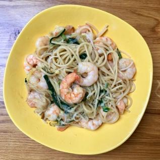 Spaghetti con gamberi, zucchine e germogli di soia