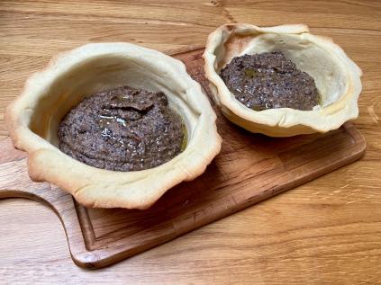 Ciotoline di pane con vellutata di ceci neri