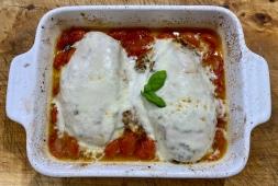 Petto di pollo al forno con pomodoro e mozzarella