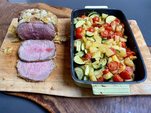 Roast beef agli agrumi con teglia di patate zucchine e pomodorini