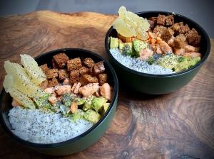 Bowl di salmone, avocado e croccante di pane